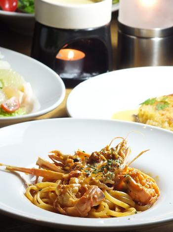 料理はピザやパスタ、肉料理などのイタリアンが中心です。バーニャカウダは人気メニューのひとつです。