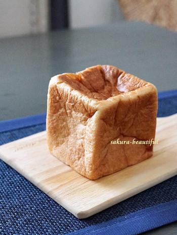 看板メニューの食パン「ムー」。食べるともちもちしっとりしており、バターの風味が広がります。