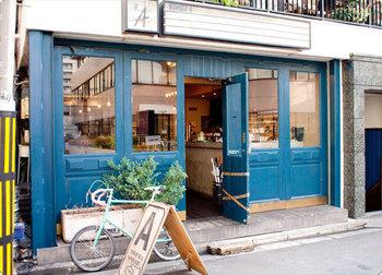 表参道駅より徒歩3分。青山通りを少し入った所にある青いドアのムードのあるカフェです。ランチもディナーもいつもお客さんでいっぱいな人気店です。