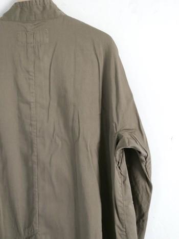 袖の付け根に切り替えがない、着る人の肩にやさしく沿うライン。コートにありがちな窮屈感もなく、脇のところにマチが付いているのでアームホールにも適度なゆとりがあります。