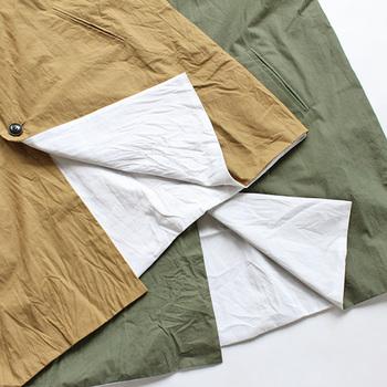 生地は、薄手ながらもハリとコシのあるコットンホースクロス(馬布)を使用。表裏異なる生地を使い袋縫いで仕上げているため、洗うと生地の縮率の違いでふんわりふくらんだような風合いに。裾からちらりと覗く白がポイントになっています。