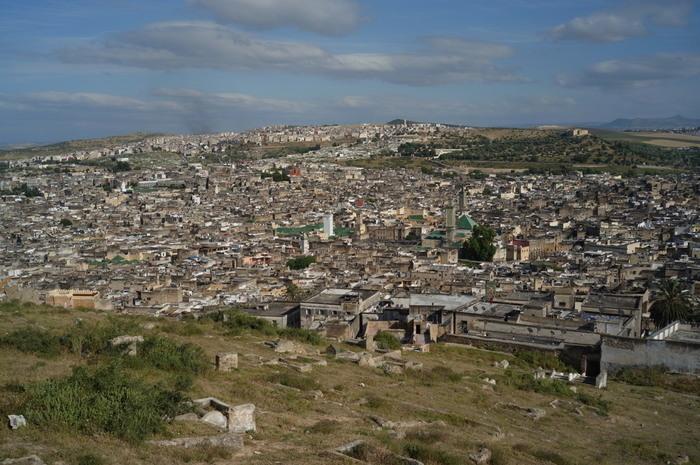 なだらかな丘陵地帯に築かれたフェズは、古いイスラム王朝・イドリス朝やマリーン朝の都として栄え、1200年以上もの歴史を持つ世界遺産です。