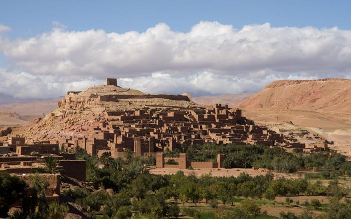 乾燥した砂漠が続く道に忽然と現れるアイト・ベン・ハッドゥは、日干しレンガで造られた「クサル」と呼ばれる要塞化した村です。
