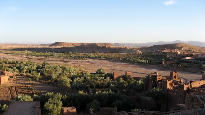 アイト・ベン・ハッドゥの頂から周囲を見渡してみましょう。どこまでも続く荒涼とした砂漠と、村の周囲を囲むオアシスが乾燥した大地での生活の厳しさを物語っているかのようです。