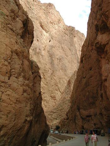 トドラ渓谷では、高さ200から300メートルに及ぶ切り立った断崖絶壁が延々と立ちはだかり、訪れる者を圧倒します。