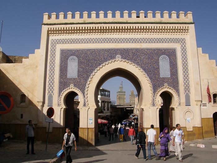 フェズ旧市街は、「世界一複雑な迷路の街」と形容されるほど入り組んでいます。市壁に囲まれた旧市街には8基も門があり、青いモザイクタイルの装飾が美しいブージュルード門は、世界一複雑な迷路への誘導口です。