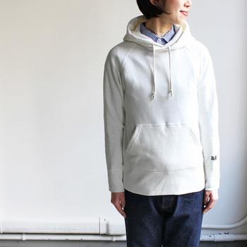 コートの襟元からフードを出して着こなすと、一気にこなれた印象に。ネイビーやデニム素材のアウターには、こんな白のパーカーがマッチしそう。