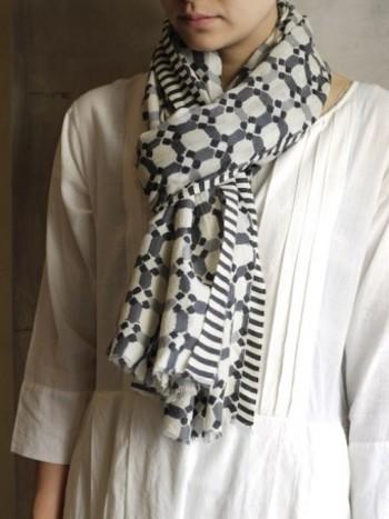 インドの伝統的織物である「カディ」を用い、ひとつひとつ職人の手により丁寧に糸を紡ぎ織り仕立てられたストール。シンプルなデザインのコートに、こんな個性的な柄のストールを合わせると、コーディネートが一気に華やぎます。