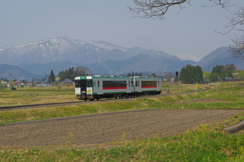 鳴子温泉は宮城県の北西部、大崎市にあります。東北新幹線古川駅からローカル線の陸羽東線に乗り換えて約1時間、車窓からの景色を眺めながら訪れたい場所です。季節によって全く違う景色が楽しめます。