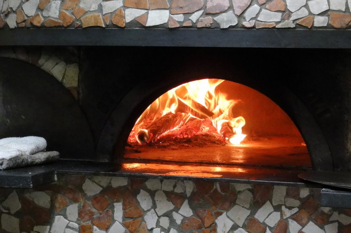 店内の大部分を占める大きな石窯の高温で一気に焼き上げます。