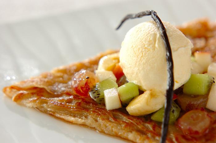 サバランとは、スポンジにシロップを浸したケーキのこと。こちらのレシピなら、手軽にいつもと違ったデザートガレットが楽しめます。甘いシロップとフルーツやアイスの相性が抜群!少しだけ特別感のあるデザートに♪