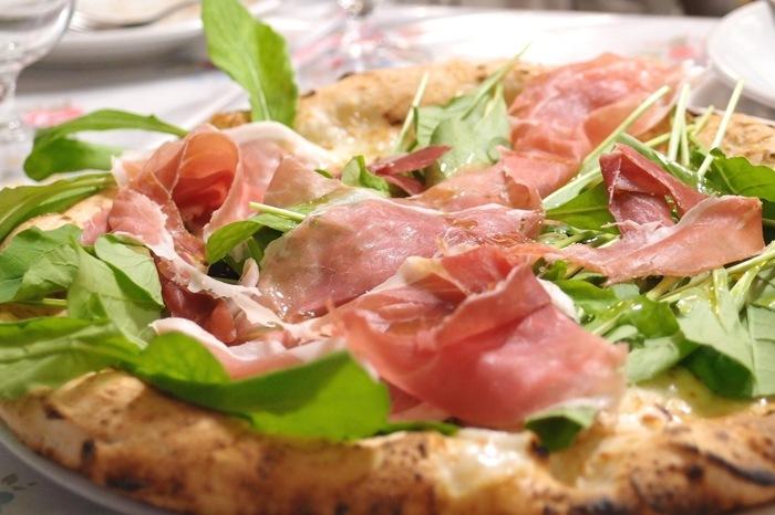 ナポリで行われる世界ピッツァ選手権で3年連続優勝した実力者でもあるピザ職人の山本尚徳氏。 職人が焼き上げるピッツァはどれも絶妙な美味しさです。