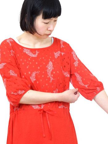 ふっくら袖が、ガーリーな可愛らしさ。スカート部分はストンとした広がりを抑えたシルエットで大人っぽさも。レッドはカープ女子にも人気です。