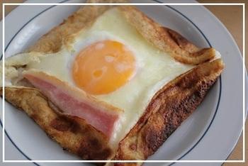 ちょっと珍しい、ライ麦粉で作るガレットレシピ。ライ麦パンでお馴染みのライ麦粉、ガレットにしてもパンのような焼き上がりです。卵とベーコンをのせれば、朝食にぴったりですよ♪
