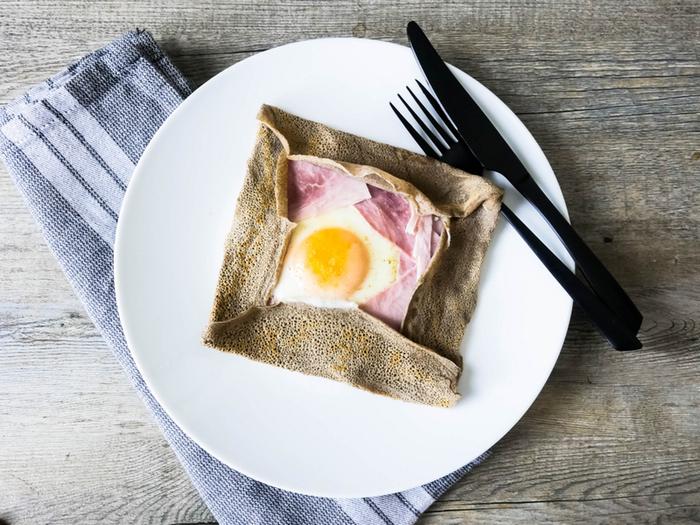 押さえておきたい、そば粉で作るガレットの基本レシピです。材料も作り方もとてもシンプル。タマゴとハムを包めば、手軽で栄養たっぷりな朝食らしい一皿になります。家にそば粉があるなら、ぜひ一度試してみたいレシピですね。