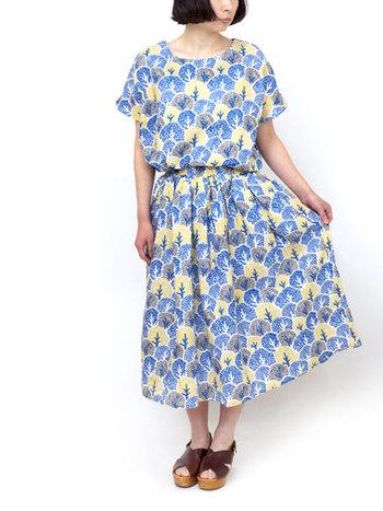 「COLORFUL TREE SKIRT 」  同じシリーズのブラウスとスカートをセットアップにしてワンピースっぽく着こなすのもおすすめです。