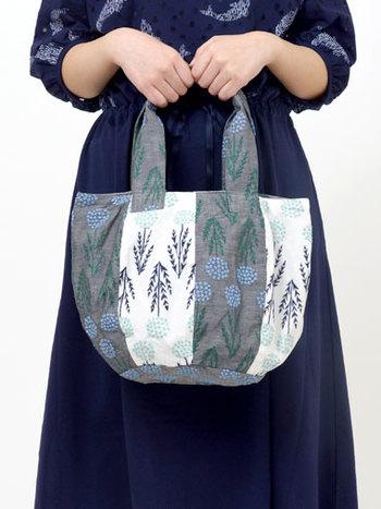 「EMBタンポポ BOWL BAG」  コロンとした丸みのある形に、一面に咲いたフワフワのたんぽぽが春を呼びこむバッグ。2色の刺繍生地を使ったシマシマ柄もポイントに。