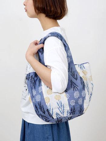 見た目以上に収納力はバツグン。シンプルな服に合わせたくなる春らしいバッグです。
