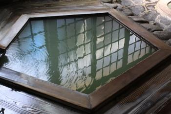 鳴子温泉郷は、鳴子温泉、東鳴子温泉、川渡(かわたび)温泉、中山平温泉、鬼首(おにこうべ)温泉の5つの温泉地からなっています。その中で鳴子温泉は、JR鳴子温泉駅を降りればすぐにお湯が楽しめるというアクセスの良さで特に人気があります。 (写真は鳴子温泉「ゆさや旅館」の内湯です)