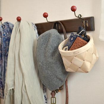 こちらは玄関先。お財布やパスケースなど、いつもの外出時に必要なものをまとめて吊るしておけば忘れ物の心配もありませんね。