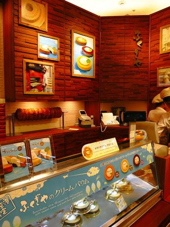 国際通りにもお店があるバウムクーヘン専門店『ふくぎや』。 店頭には沖縄ならではの素材を使ったバウムクーヘンが並びます。那覇空港店は、先に紹介した『オハコルテ』のすぐ隣です。