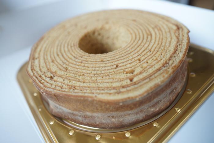 沖縄本島で作られた黒糖をたっぷり使ったバウムクーヘン「ガジュマル」。 ほかにも沖縄の卵と蜂蜜たっぷりのプレーンなバウムクーヘン「フクギ」、紅芋を使った紫色のバウムクーヘン「紅の木」と3種類あります。