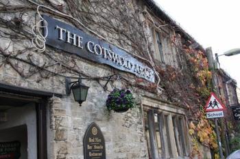 町で最も有名なパブ「THE COTSWOLDS ARMS」 歩き疲れたらビールを飲みに立ち寄ってみて♪