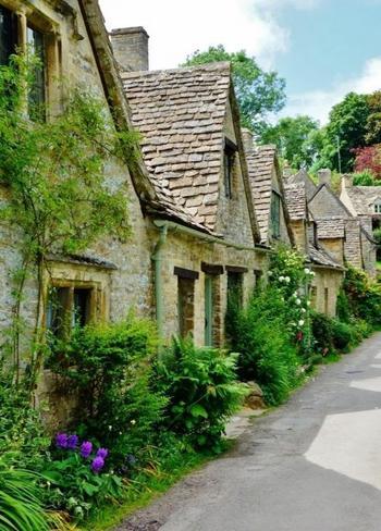 バイブリーはコッツウォルズにある小さな村です。 著名な詩人・芸術家であるウィリアム・モリスが住んで「英国で最も美しい村」と称賛したほどで、石造りのコテージはナショナルトラストに保護され今も人が住んでいます。