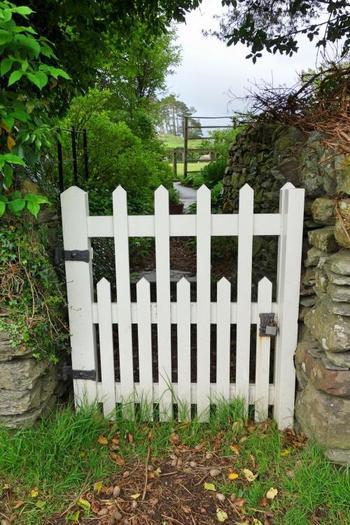 『こねこのトムのおはなし』に出てくる木戸など、随所に物語が感じられます。