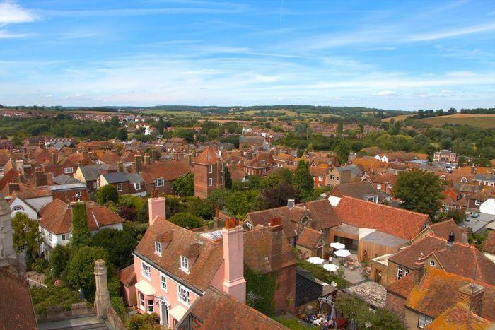 イギリス東南部に位置する港町。 町はロンドンから電車で2時間ほどで、日帰り旅行に最適です。