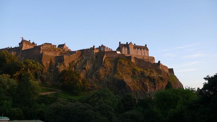 有名なエディンバラ城。 勇壮さに見とれてしまいそう…。