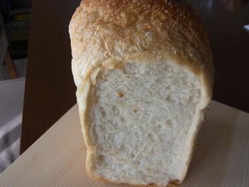 こちらは「イギリスパン」という人気の食パン♪角食パンに比べると、ふんわりした食感です。
