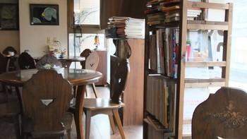 古いビルの小さな階段を上がると、小腹と心を満たす書斎的食堂的珈琲店「キイトス茶房 」。書棚や、そこかしこに無造作に積まれた本から、気分に合うものを探してみましょう。好みの本が見つかれば、いつまでも長居させてくれる雰囲気。