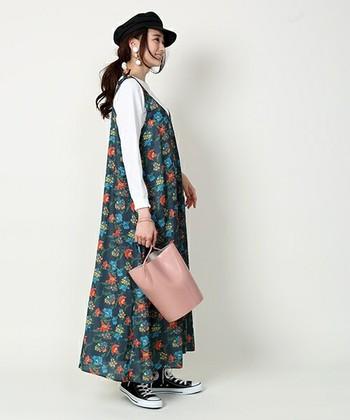 ピンク色のバケツバッグは花柄ワンピースと合わせて、春らしい大人ガーリーコーディネートに仕上げて。