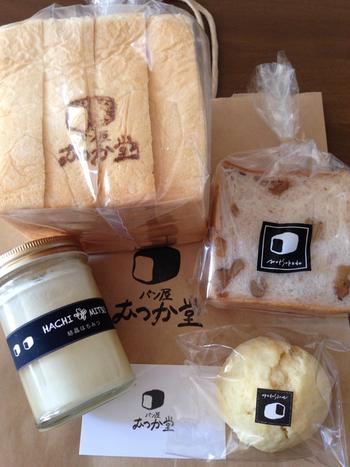 「絹のような食感と柔らかさ」を追及した食パンは、とっても繊細でシルキー食感!ほんのりとした優しい甘さと耳まで柔らかいのが特徴です。