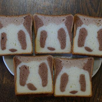 パンのお取り寄せランキングでも人気の「パンダ食パン」とってもかわいいですね♡どこを切っても、パンダの顔(^^) ミルク食パンとココアの生地を合わせているので、甘めの食パンです。