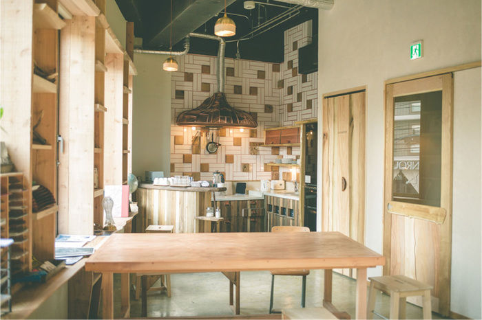 共用キッチンで自炊も出来ます。とってもオシャレで素敵なカフェのようなので、外食もいいけれどのんびり自炊も魅力的に思えますね。