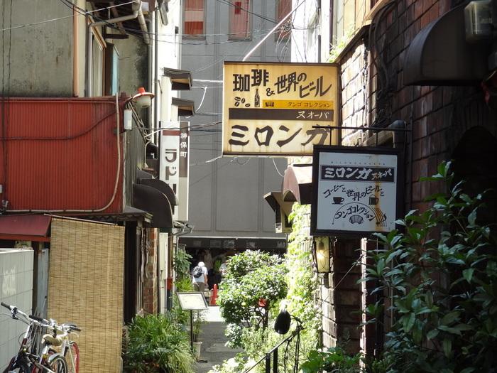 喫茶店のある路地裏。