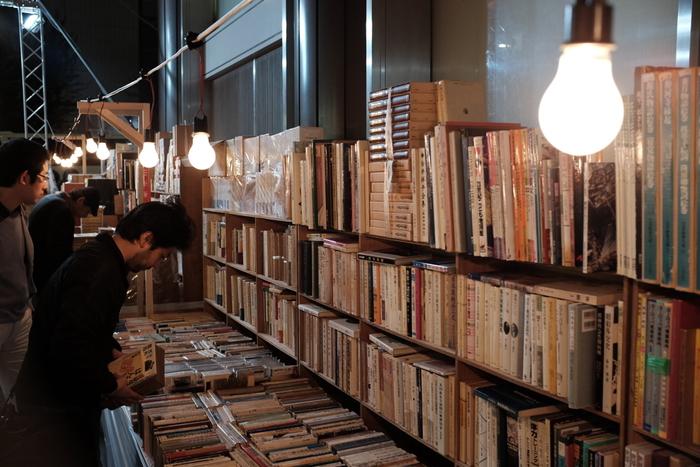 古書店街で毎年行われる、神田古本まつり。