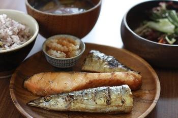 茨城県産の野菜とお米を使った定食が、ランチも夜も美味しいと評判のネルマカフェ。焼き魚3種盛り定食や、週替わりランチに「チキン南蛮」があったり雑穀米が選べるなど、ヘルシーで女性に人気です。
