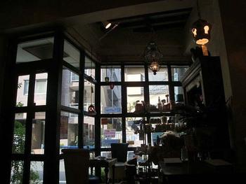大きな窓ガラスから陽の光が降り注ぐ店内。元々は世界各国の照明や家具を販売しているお店が運営しているため、内装は細部にまでこだわりが。やわらかな灯りに照らされた空間にいるだけで、慌ただしい日常がどこかへ行ってしまうよう。またベビーカーごと入店ができ、2Fには簡易ベッドも常備されているため、赤ちゃん連れのお客様にもうれしい作りに。
