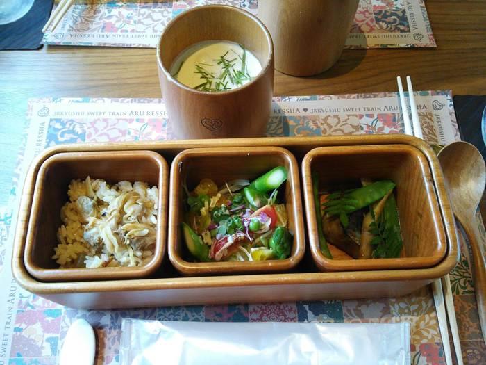 自然環境をテーマにした料理で知られるシェフ成澤由浩氏がプロデュースするスイーツコースが話題!九州の肉や魚、野菜を使った小箱とスープに始まり、旬のフルーツなどを使ったスイーツ3点、お茶菓子など。器もすべて九州産。