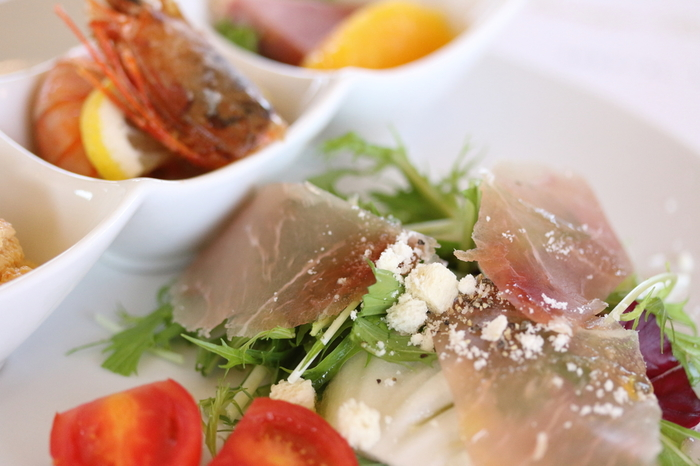 ブレックファスト、スペシャルランチ、クルージングディナーなど便に合わせて多彩な食事が用意されています。