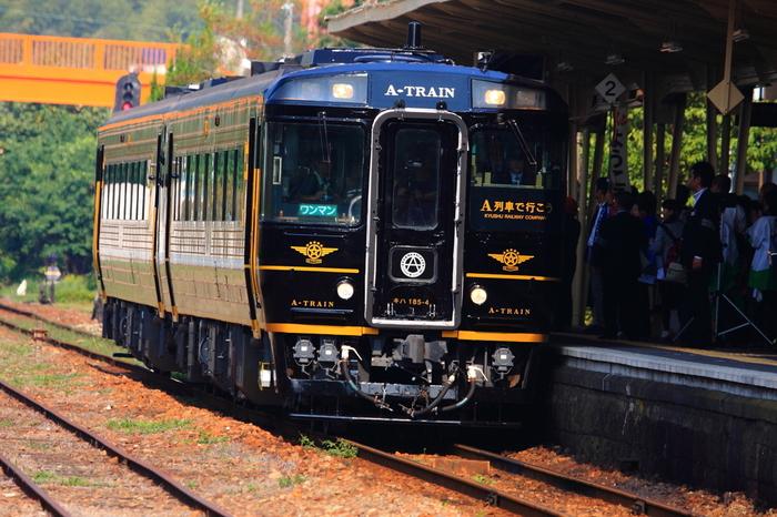 ジャズの名曲の名が付いたJR九州の「特急A列車で行こう」は、「16世紀の天草に伝わった南蛮文化」をテーマに、木やステンドグラスなど格調高いインテリアを備えた、大人旅にふさわしい列車です。