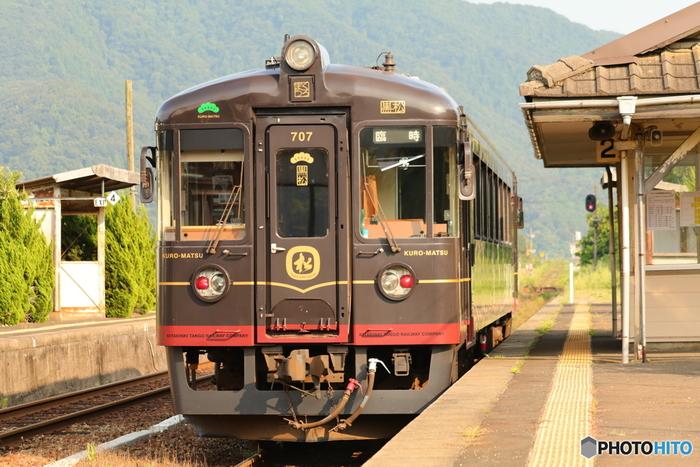 """京都丹後鉄道の「丹後くろまつ号」のコンセプトは「""""海の京都""""を走るダイニングルーム」。贅沢な食事が用意された、グルメ列車として話題です。漆黒のボディに金やえんじのラインをあしらった重厚な面持ちも、大人旅にふさわしい観光列車といえそう。"""