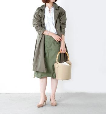 個性的なバンブーハンドルが印象的なバケツ型バッグ。カーキの辛口ミリタリースタイルに、ベージュのバッグとパンプスで、品の良い柔らかさをプラスしています。