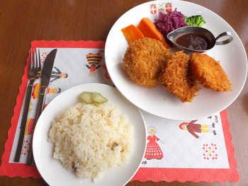 こちらは『ノルウェー人の家庭料理』という名のメニュー。 海老・ポーク・ポテトの3種類のコロッケに温野菜とバターライスがつきます。 日本人の口にも良く合いそうな料理ですよね。