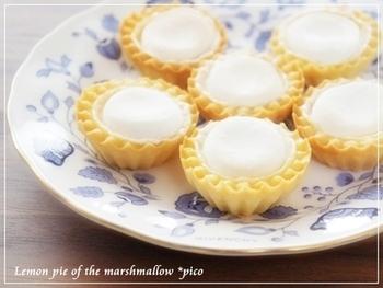 お友達や大切な人へのプレゼントなら、プチサイズのレモンパイはいかがでしょう!このレシピなら初心者さんでも、チャレンジしやすいので、是非トライしてみて下さいね!パイは市販のものを使用し、メレンゲの代わりには、なんと!マシュマロを使うんです。見た目の可愛らしさと、パクパクっと食べられるサイズ感がたまりません。
