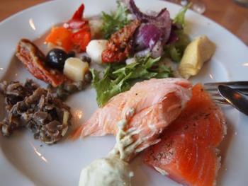 こちらの写真は本場スウェーデンのスモーガスボード。 たくさんの種類の料理が一つの皿に盛られています。 どれも美味しそうですね♪