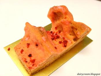 """【ベルグの4月の""""ガトーピレネー""""】 日本で言うバームクーヘンに似たフランスピレネー地方の郷土菓子です。フランボワーズのピンクが春らしい気分にさせてくれますね。甘酸っぱさの中にあるほどよい甘みが絶妙です。"""